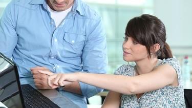 Mann zeigt seiner Kollegin was am Laptop © auremar, Fotolia