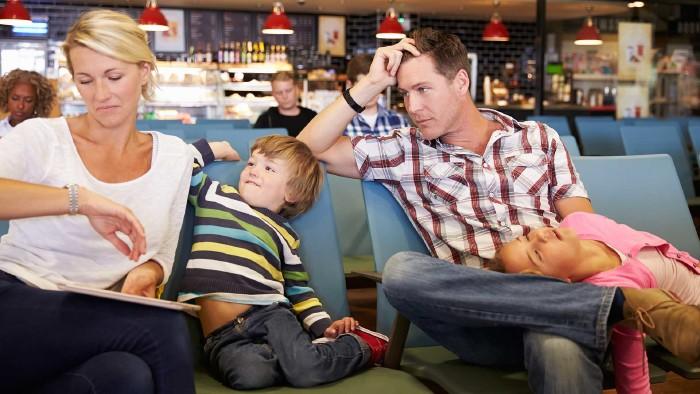 Genervte Familie wartet am Flughafen auf den verspäteten Abflug © Monkey Business, stock.adobe.com