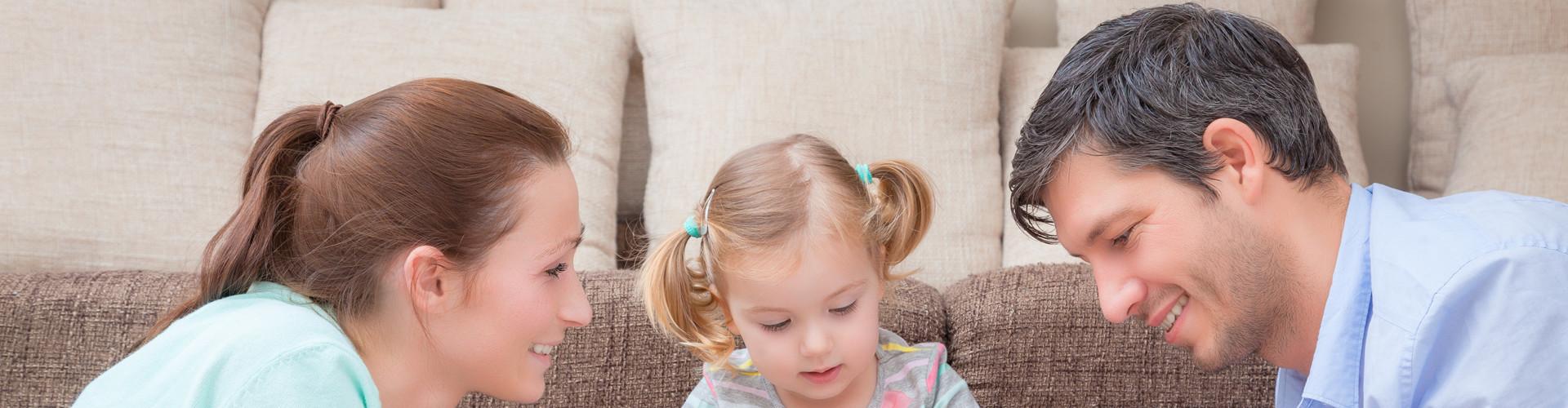 Mutter und Vater blicken sich an, zwischen ihnen spielt ihr Kind © detailblick-foto, stock.adobe.com