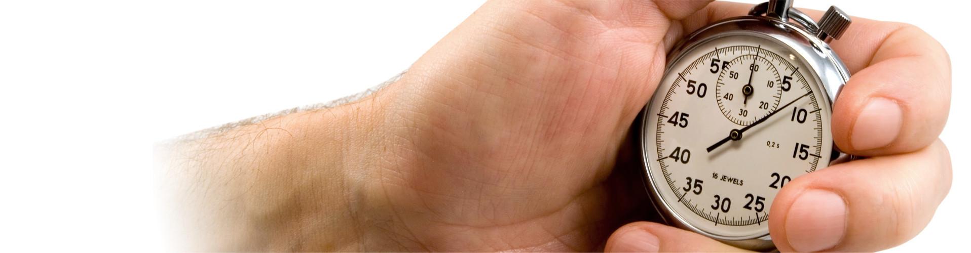 Eine Hand hält eine Stoppuhr © Aleksandr Lobanov, stock.adobe.com