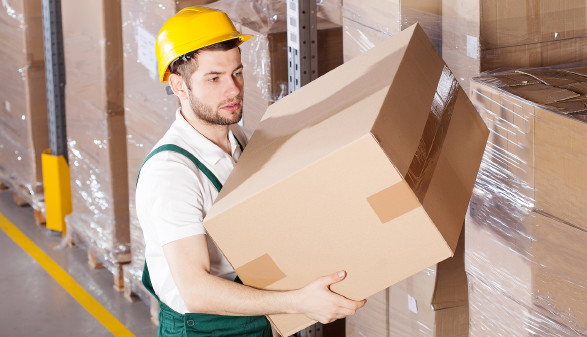 Lagerarbeiter mit Paket © Photographee.eu , stock.adobe.com