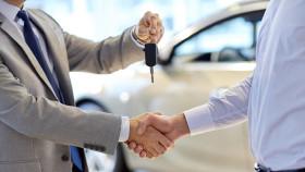 Verkäufer übergibt Autokäufer Autoschlüssel © Syda Productions, Fotolia.com