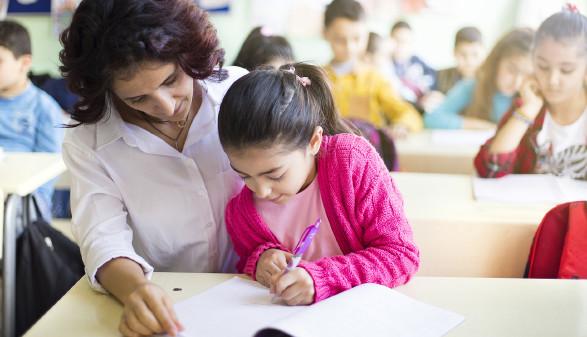 Lehrerin hilft Schülerin © Memed ÖZASLAN , stock.adobe.com