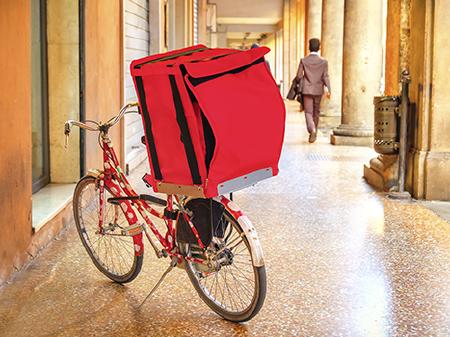 Rotes Fahrrad mit großer Tasche eines Fahrradkuriers © Luca Lorenzelli, Fotolia.com